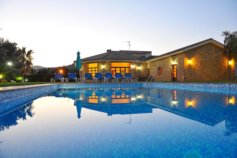 Casa en Llavaneres, 344 m2, piscina,padel,barbacoa,jardin,parque infantil.